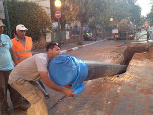 """קידוח צינור 500 מ""""מ לקו ביוב עבור תאגיד המים כפר סבא - הגעת הצינור ליעד"""